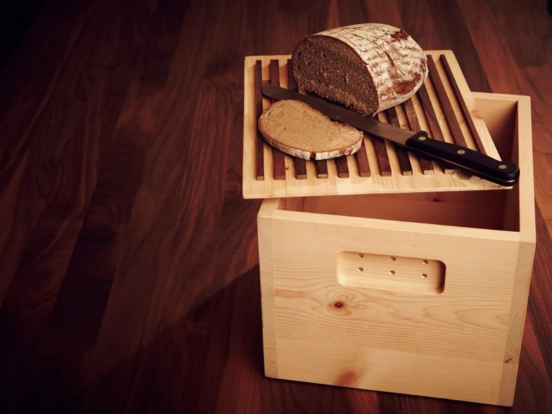 Das Brot bleibt frisch in der Brotbox aus Zirbenholz.