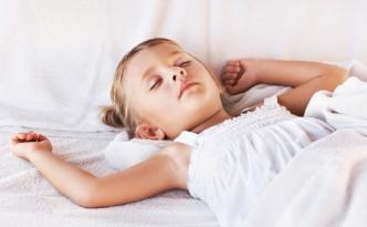 schlafendes kind - zirbenbett