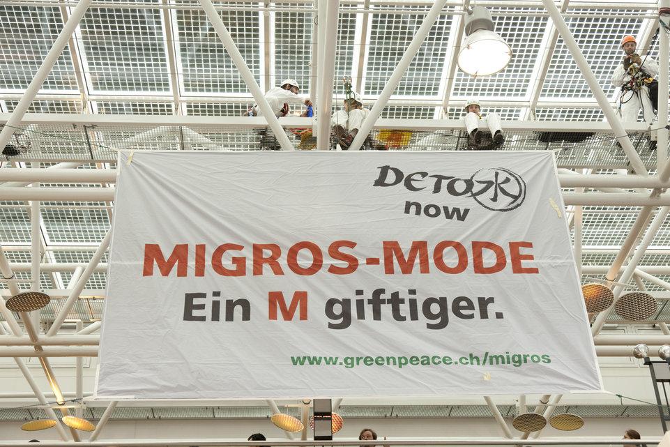 Protest gegen Gift in Kinderregenmänteln in der Schweiz. Bild: greenpeace