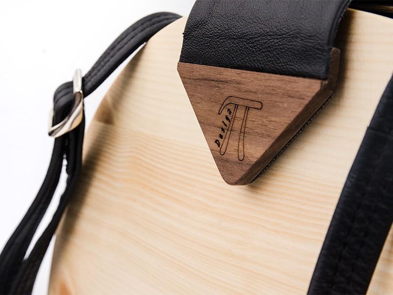 Wunderschön und exklusiv: die Handtasche aus Zirbenholz