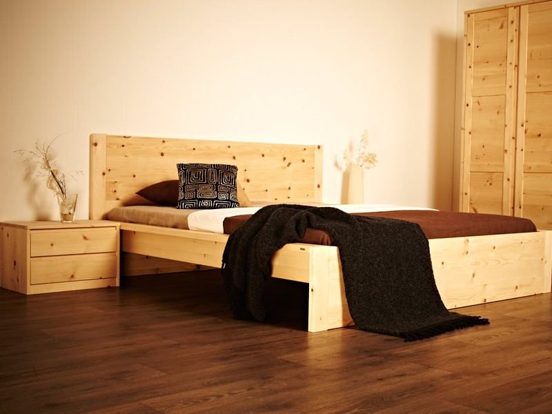 schlafzimmer aus zirbenholz herzerw rmend. Black Bedroom Furniture Sets. Home Design Ideas