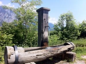 Man glaubt es kaum. Auch im Alpenraum kaufen Menschen sogenanntes Mineralwasser. Das - nachgewiesenermaßen - nicht an die Qualität des Wassers aus der Wasserleitung herankommt.