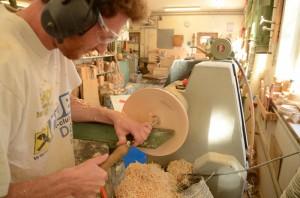 Handwerk vom Feinsten: Martin Nudig beim bearbeiten einer Schale seiner Collection auf www.4betterdays.com