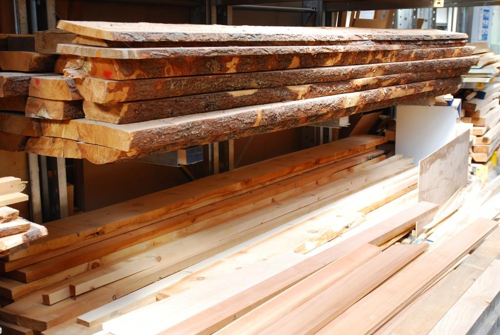 Das edle Zirbenholz aus den Hochalpen wird sorgsam gelagert.