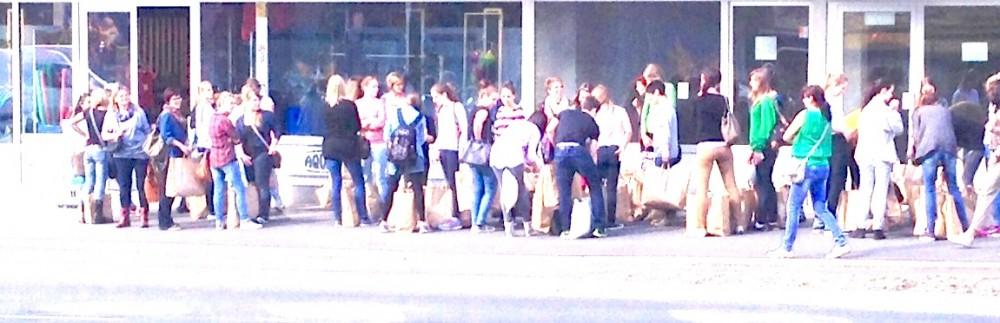 Bei Primark in Innsbruck einkaufen ohne schlechtes Gewissen? Ist offenbar für viele Menschen kein Problem (Bild: Werner Kräutler)
