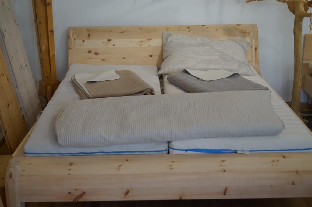 Wie wär´s mit Probeliegen im Bett aus Zirbenholz?