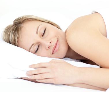 Friedlicher Schlaf, mit einem Lächeln auf den Lippen? Kein Wunder, dann schlafen ist enorm wichtig.